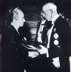 Gabriela Mistral recibiendo el premio Nobel.