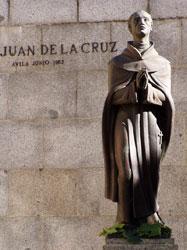 Monumento a San Juan de la Cruz que está erigido en la Plaza de su nombre frente al Convento que él fundó (Ávila)