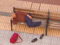 Leopoldo María Panero, en una de sus salidas del Psiquiátrico de Las Palmas de Gran Canaria, durmiendo en un banco de la calle Triana.